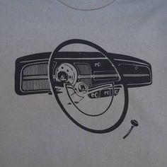 fusca cinza Classic Volks wagen Bug Dashboard T-shirt Kdf Wagen, Volkswagen Karmann Ghia, Vw Vintage, Vw Beetles, Printed Shirts, Classic Cars, T Shirt, Black Print, United States