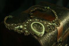 Colar em macrame com cristal rutilado e cascalho de jade. http://www.elo7.com.br/terral