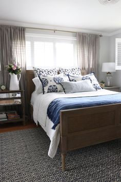 45 Elegant Small Master Bedroom Inspiration On A Budget. The ideas presented in this article will be of great use while you are preparing to decorate a master bedroom, especially if you have a small m. Small Master Bedroom, Farmhouse Master Bedroom, Master Bedroom Makeover, Master Bedroom Design, Cozy Bedroom, Bedroom Sets, Home Decor Bedroom, Master Suite, Bedroom Furniture