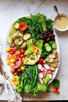A beautiful spring salad inspired by the french nicoise salad. this nicoise salad platter is Easy Salad Recipes, Easy Dinner Recipes, Healthy Dinner Recipes, French Salad Recipes, Brunch Recipes, Salat Nicoise, Salade Nicoise Recipe, Green Beans With Shallots, Potato Salad Dressing