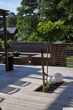 klotlampa,trädäck,platsbyggd soffa,flodsten,stenrabatt,stenrabatt i altanen