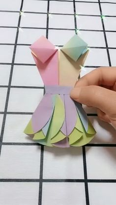 Origami Dress Handmade Video Tutorial - My best diy and crafts list Origami Diy, Origami Dress, Paper Crafts Origami, Paper Crafts For Kids, Origami Tutorial, Diy Arts And Crafts, Origami Vestidos, Origami Videos, Origami Butterfly