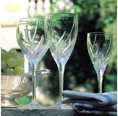 Cristalería de 48 piezas en cristal tallado fabricada artesanalmente y compuesta por: 12 copas de agua de 22 cm, 12 copas de vino tinto de 19,9 cm, 12 copas de vino blanco de 20,5 cm y 12 copas de champagne de 23,1 cm. El diseño pertenece al innovador Studio Line de Rosenthal fundado en 1961 y en el que han participado más de 150 artistas y diseñadores de la talla de Walter Gropius, Patricia Urquiola, Mario Bellini o Wilhelm Wagenfeld.