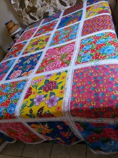 Belíssimas colchas coloridas com retalhos de chita passo a passo + 45 Modelos Colchas Quilt, Quilt Blocks, Crochet Quilt, Crochet Motif, Quilting For Beginners, Quilting Tutorials, Sewing Hacks, Sewing Projects, Bed Cover Design