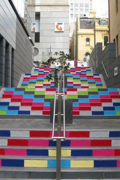 Magda Sayeg is a pioneer of the popular crafty street art known as yarn bombing, a combination of knitting and crochet as removable urban graffiti. Yarn Bombing, Guerilla Knitting, Stair Art, Critique D'art, Urban Intervention, Urbane Kunst, Amazing Street Art, Art Yarn, Guerrilla