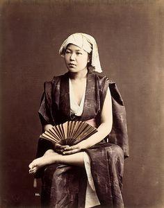 eune femme assise à l'éventail • 1880 ?  Felice Beato et/ou Raimund von Stillfried-Ratenicz