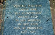 Gedenksteen in de Choorstraat. Suster Bertken verbleef 57 jaar als kluizenares in een cel in de Buurkerk tot haar 87ste