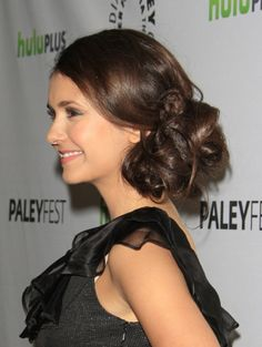 Nina Dobrevs loose curls hairstyle
