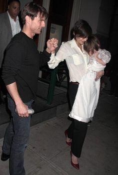 Hair - cabelo - pelo - beautiful - bonita - hermoso - moda - look - style - estilo - inspiration - inspiração - inspiración - fashion - elegant - elegante - Dress - vestido - White - blanco - branco - Silver Shoes - sapato prata - Bonpoint - kid - child - criança - baby - bebê - daughter - filha - hija - father - pai - padre - dad - papai - papá - mother - mãe - madre - mom - mamãe - mamá - happy family - família feliz - November - 2008 - Katie Holmes - Suri Cruise - Tom Cruise