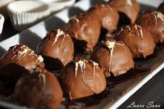 Aceste bomboane Oreo nu sunt altceva decat biscuiti Oreo sfaramati si amestecati cu crema de branza. Ceea ce nu le face mai putin interesante decat alte bomboane sau trufe de ciocolata. Orimai puti...
