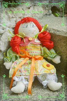 Cartamodello bambola in stoffa modello Pigotta. Christmas Ornaments, Holiday Decor, Home Decor, Fabrics, Decoration Home, Room Decor, Christmas Jewelry, Christmas Decorations, Home Interior Design