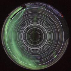 Los caminos circulares de las estrellas en el Polo Sur  Este tipo de fotografía sólo puede ser tomada en los dos polos geográficos de la Tierra, donde las estrellas nunca se esconden tras el horizonte.   En ésta se ven las trayectorias circulares que describieron las estrellas durante las 24 horas del 1 de mayo de 2012.