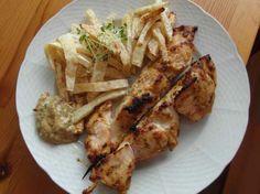 Kuřecí satay špízy s celerovými hranolkami a trochou chia naklíčených semínek..... http://blog.paleo-doupe.cz/2013/04/20/spizy-se-satay-omackou-podle-j-olivera/