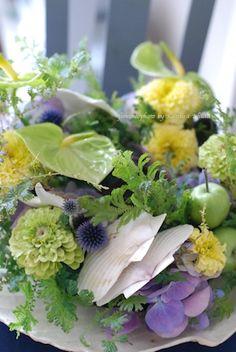 Beautiful floral arrangement with multiple flowers • greenery • shells • mini green apples❣ floretta.exblog.jp