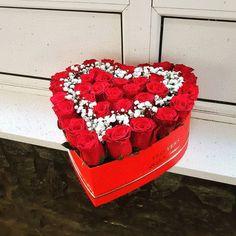 Trandafiri cu gypsophila in cutie cu burete mineral Alex Gypsophila, Mineral, Raspberry, Boxes, Fruit, Cake, Desserts, Food, Tailgate Desserts