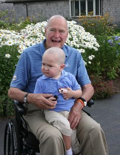 George H. Bush shaved his head to show support to a child of a Secret Service agent who had leukemia. The was undergoing treatment for leukemia and lost his hair, so other agents and Former President George H. Bush shaved theirs to show solidarity. American Presidents, Us Presidents, American History, American Life, Hw Bush, Timberwolf, Going Bald, Childhood Cancer, Two Year Olds