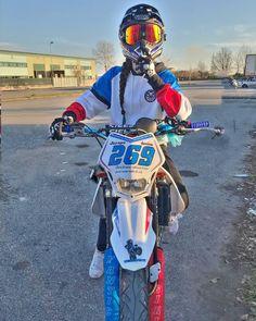 Motocross Couple, Motocross Love, Motocross Girls, Bike Couple, Motorcross Bike, Cool Dirt Bikes, Dirt Bike Gear, Motorcycle Dirt Bike, Biker Photoshoot
