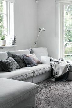 comment bien meubler le salon avec canapé d'angle gris et le canape convertible gris
