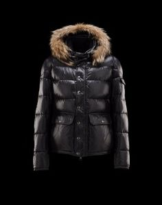 MONCLER Hubert  Moncler signe pour vous la veste doudoune de mi-saison.  Pendant la saison froide, elle peut également se glisser sous votre manteau pour une chaleur optimale.Techno fabric / Detachable, fur trimmed collar / Three pockets / One internal jacket pocket / Snap-button, zip fly closure / Feather down lined / Logo detailsComposition:100% Polyamid  €337, Jusqu'à -80%  Acheter maintenant: http://www.monclerfr.com/doudoune-canadienne.html