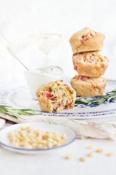 Herzhafte Muffins mit Salami, roter Parika, Mais und Pinienkerne. Einfach und ruck zuck gebacken. Perfekt für Partys und einfach abzuwandeln.