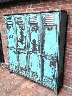 Magnifique vestiaire industriel 4 portes, en bel patine turquoise d'origine, composé à l' intérieur d' une étagère et de 3 patères d'origine. Style: Mobilier Industriel Etat: Antiquité...