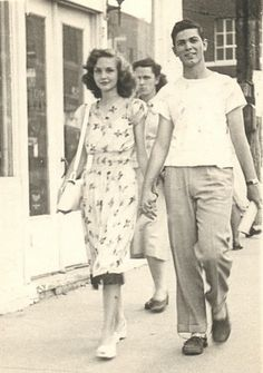 Retro Vintage vintage everyday: Fashion in the – 42 Old Snapshots Show What Couples Wore Retro Mode, Vintage Mode, Retro Vintage, Moda Fashion, Retro Fashion, Vintage Fashion, 1940s Fashion Hair, 1940s Hair, 1940s Fashion Women