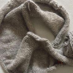Doesn't this look so cozy? Happy, cozy Sunday. #testknit #giftofknittingdesigns @yarnonthehouse @giftofknitting #nabiwoolstudio #nabiwoolstudioyarns #knittersofinstagram #knitstagram #alinacardigan #instaknit @knitting_inspiration #strikk #sweaterpalooza #stricken #amimono #breien #strikke #strikkedilla