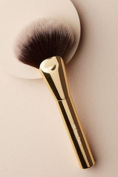 This line features five makeup brushes that are great for everyday, but we're loving this Albeit All Over Face Brush. This fluffy option can be used for everything from powder foundation to blush or bronzer. It Cosmetics Brushes, Makeup Cosmetics, Makeup Makeover, Cosmetic Design, Vegan Makeup, Tinted Moisturizer, Setting Powder, Makeup Brush Set, Makeup Tools