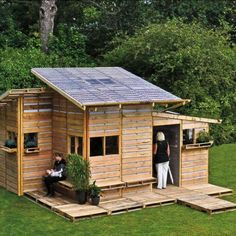 A small house built of palletts! A small house built of palletts! A small house built of palletts!gonna do it. Pallet Crafts, Pallet Ideas, Pallet Projects, Diy Pallet, Pallet Wood, Pallet Designs, Outdoor Pallet, Diy Projects, Pallet Art