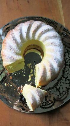 Ce gâteau est d'un moelleux irrésistible.... Ingrédients: 2 œufs - 1 blanc d'œuf - le jus et zeste de 2 citrons - 160gr de sucre glace - 160gr de crème fraiche épaisse - 120gr de beurre fondu - 300gr de farine - 2C.à café de levure chimique - Commencez...