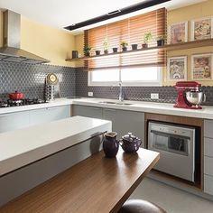 Você também sentiram alguma pegada vintage nessa cozinha? Não sei se foram as cores ou os quadrinhos na parede, só sei que curti! 👍🏻😍 {Projeto via: Arquitentando Ideais}