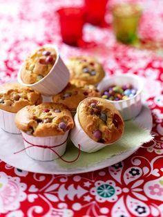 Kindergeburtstagskuchen:  Muffin mit Smarties Zutaten (12 Stück)  4 Mini Schoko-Caramel-Riegel, 175 g Butter, 100 g Zucker, 200 g Mehl, 1 Päckchen Backpulver, 4 Eier, ca. 50 g Mini Schokolinsen, 12 Papierbackförmchen