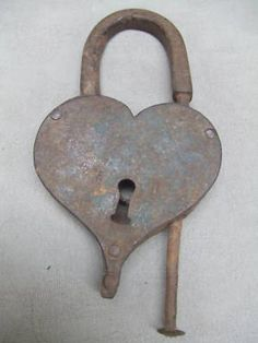 Cadenas trés ancien en forme de coeur