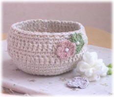 「シンプルな小物入れ」ホワイト系のコットン糸があったので、夏向きな小物入れを作りました。[材料]太めなコットン糸/細い麻糸/かぎ針/付属品 Crochet Case, Handicraft, Decorative Bowls, Diy And Crafts, Knitting, Handmade, Crochet Baskets, Pouches, Patterns