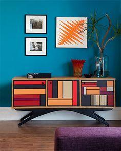 Bufê da Desmobilia e objetos da Loja Teo. Arandelas da Wall Lamps iluminam o ambiente da TV.