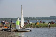 Aan het Lauwersmeer en daarom geliefd bij watersport liefhebbers. U loopt hier nog met uw plank onder de arm het strand op.
