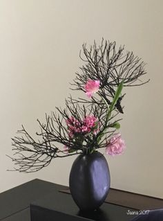 4-13 Dried, Bleached or Colored Materials #ikebana #sogetsuikebana #flowerarrangement #chrysanthemum
