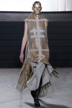 Rick Owens Fall 2015 Ready-to-Wear Collection - Vogue Monochrome Fashion, Dark Fashion, Minimal Fashion, Fashion Art, Autumn Fashion, Metallic Fashion, Fashion Textiles, Timeless Fashion, Rick Owens