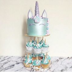 Another masterpiece that will capture your guests' attention! Perfect for the quinceanera dessert table, we recommend you finish off with mini unicorn cupcakes.
