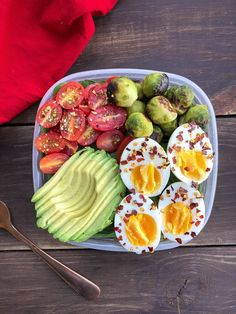 Healthy Meal Prep Breakfast This easy, gluten free, paleo meal prep breakfast solves all your needs for an on the go breakfast! Perfect to travel with. Healthy Desayunos, Healthy Prepared Meals, Plats Healthy, Healthy Breakfast Recipes, Healthy Drinks, Paleo Recipes, Healthy Snacks, Healthy Eating, Breakfast Ideas