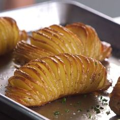How to Make Easy Hasselback Potatoes For a scene-stealing side that only takes a few minutes to prepare turn to a new style of potatoes. Here learn how to make easy Hasselback potatoes. Potato Sides, Potato Side Dishes, Vegetable Side Dishes, Vegetable Recipes, Russet Potato Recipes, Air Fryer Recipes Potatoes, Hasselback Potatoes, Carrot Recipes, Gourmet