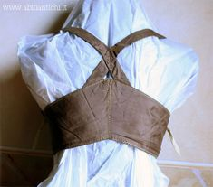 """early 1800s, back of silk taffeta corset, front reinforced w/wire spring """"elastic"""".... from Abitiantichi.it"""