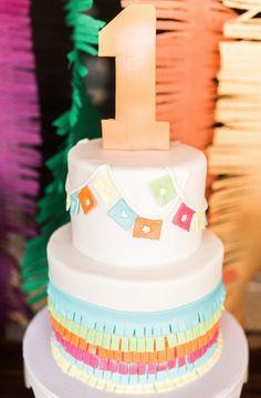 Un beau gâteau d'anniversaire à étage coloré avec une déco mexicaine