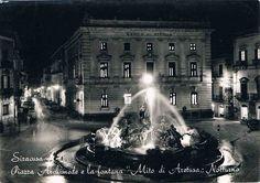 SIRACUSA - Piazza Archimede e la fontana Mito di Aretusa di notte - 1959