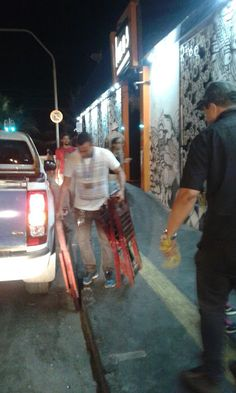 Prefeitura apreende cadeiras de bar que inferniza vida de moradores na Bartholomeu de Gusmão