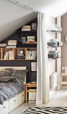 Einzimmerwohnung Einrichten Bett Bettkasten Weißer Vorhang  Bücherregale Schrägdach Teller