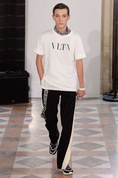 See all the Collection photos from Valentino Spring/Summer 2018 Menswear now on British Vogue Men Fashion Show, Mens Fashion Week, Latest Mens Fashion, Fashion Show Collection, Denim Fashion, Fashion Weeks, Vogue Paris, Fashion Week Hommes, Paris Fashion
