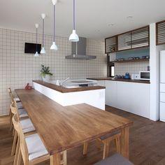Ryo MaedaさんはInstagramを利用しています:「L型キッチンに造作のテーブルをつけた形。L型のキッチンは動線も良く使い勝手もいいですが、広いスペースが必要。うまくとると収納もバッチリとれます。 今回は造作の収納を組み合わせて見せる感じも演出。インテリアとしては照明で、アクセントを。…」 Condo Kitchen, Kitchen Shelves, Living Room Kitchen, Kitchen Interior, New Kitchen, Kitchen Storage, Kitchen Decor, Open Plan Kitchen, Updated Kitchen