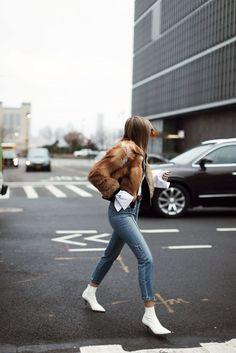 5749fa49f84 Tendencias de moda incomprendidas esta temporada - Chic Shopping Sevilla  White Shoes Outfit