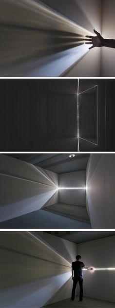 L'artiste Chris Fraser est un pro de la camera obscura, plus précisément de la chambre noire, instrument optique qui permet d'obtenir une projection de la lumière sur une surface plane. Les lignes claires et nettes tirées de la lumière qui vont dans diverses directions à travers la pièce semblent être l'œuvre d'un laser !